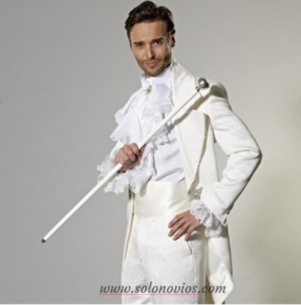 En cuanto a los trajes de novio, el blanco, el marfil y los tonos suaves suelen ser buenas apuestas para las bodas de primavera. Opciones como los trajes de