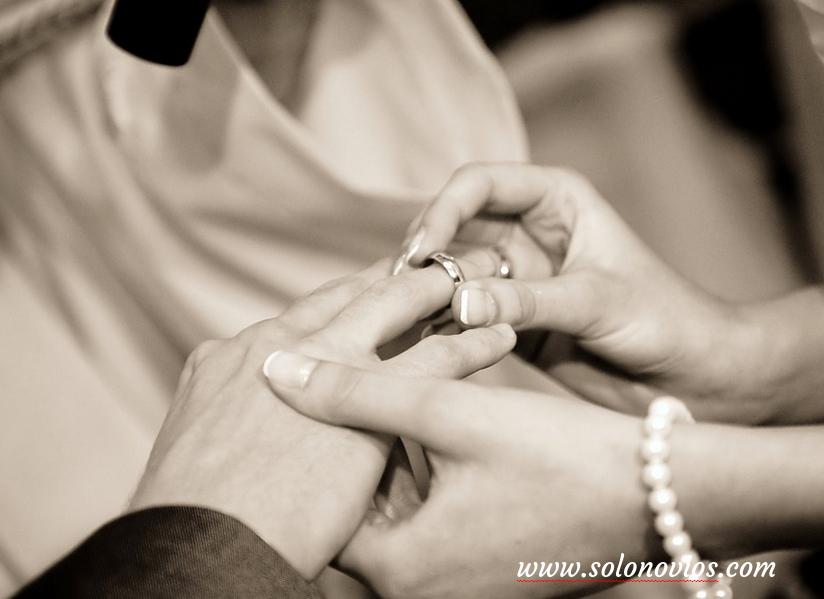 Traje de novio anillos bodas
