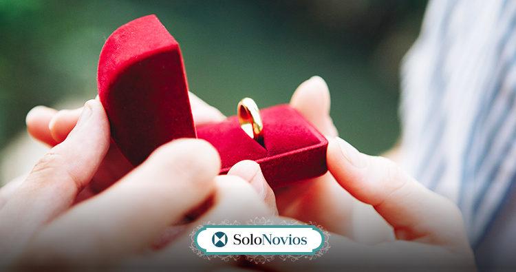 Anillo de boda y anillo de compromiso